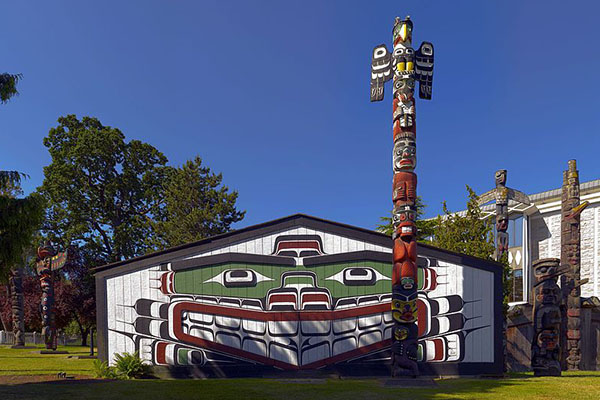 DINNER IN NATIVE INDIAN TOTEM POLE HOUSE